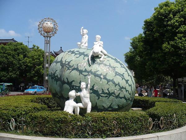 памятник арбузу в Китае