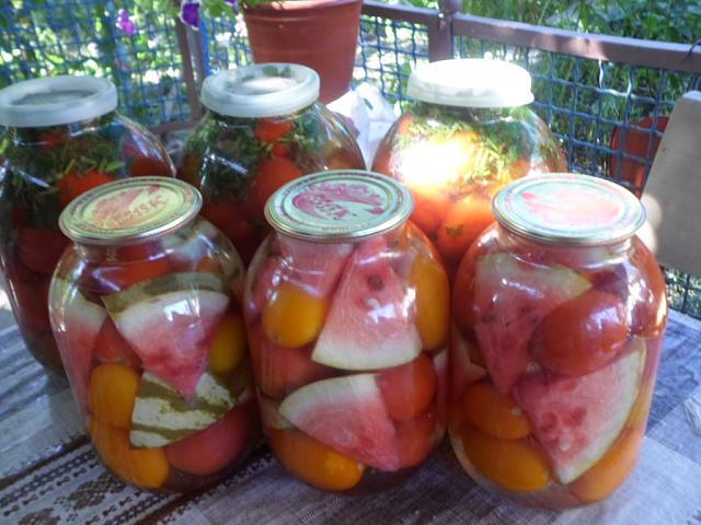Арбуз с помидорами