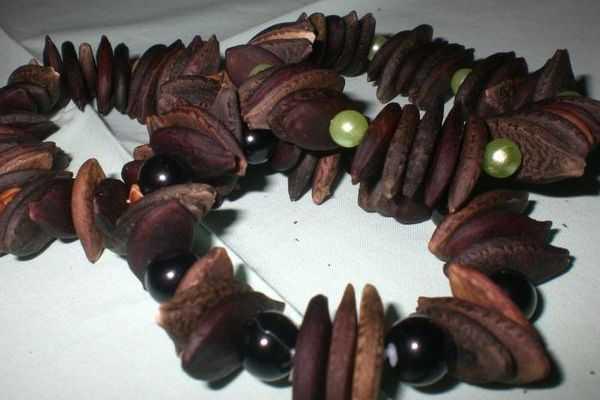 бусы из арбузных семечек